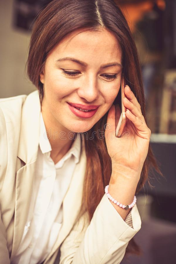 Biznesów wezwania Młoda biznesowa kobieta zdjęcia royalty free