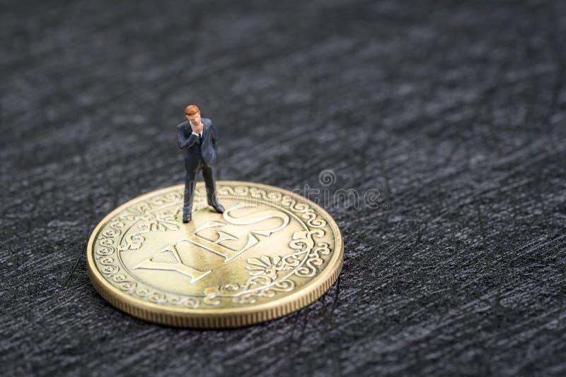 Biznes akceptuje decyzji, inwestorskiego ryzyka, kariery lub sposobności opcję wybierać pojęcie w życiu, miniaturowy biznesmena g zdjęcia royalty free