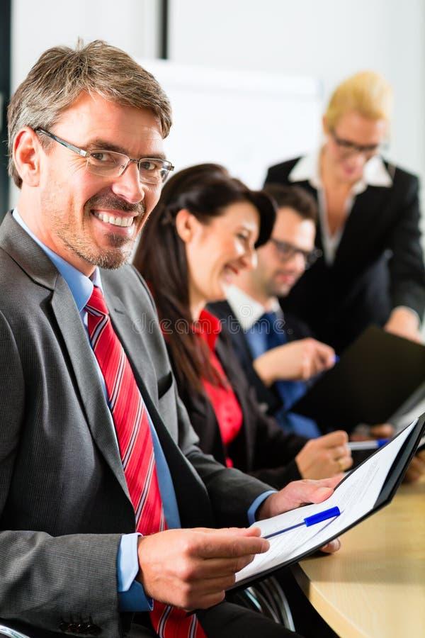 Biznes - biznesmeni drużynowego spotkania zdjęcie stock