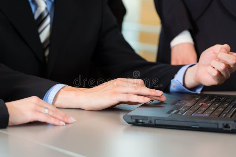 Biznes - biznesmeni drużynowego spotkania w biurze obrazy stock