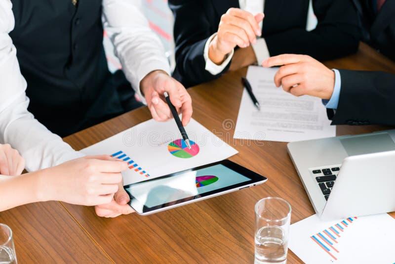 Biznes - biznesmeni pracuje z pastylka komputerem zdjęcia stock