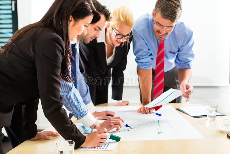 Biznes - ludzie w biurowym działaniu jak drużyna obrazy royalty free