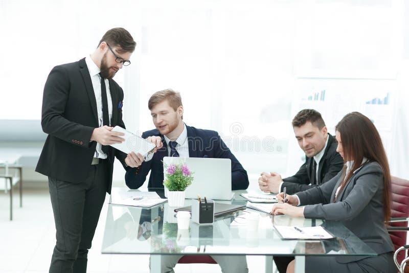 Biznes drużyna analizuje pieniężnych dokumenty w nowożytnym biurze obraz royalty free