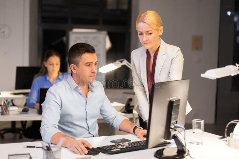 Biznes drużyna z komputerowy pracującym przy biurem póżno obraz royalty free