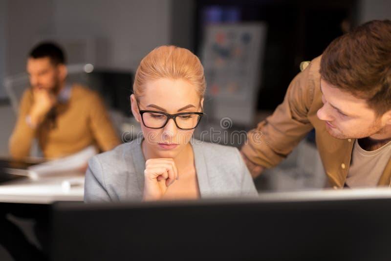 Biznes drużyna z komputerowy pracującym przy biurem póżno zdjęcie royalty free