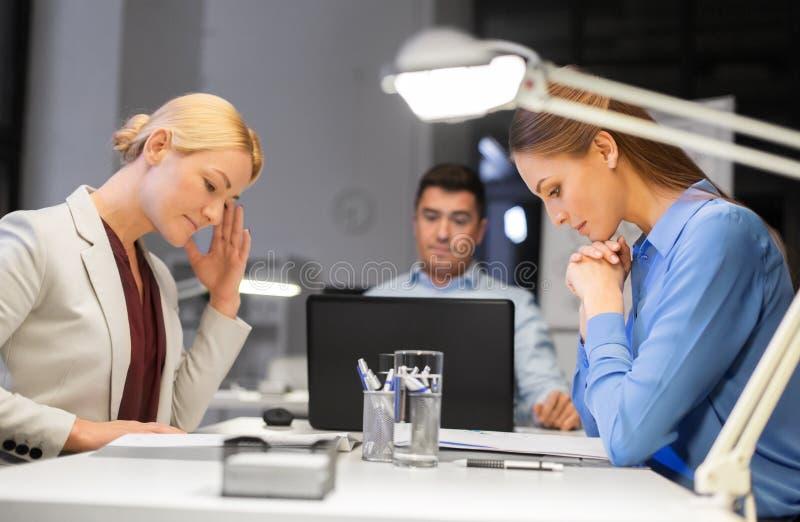 Biznes drużyna z laptopem pracuje póżno przy biurem zdjęcia royalty free