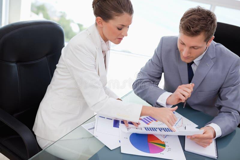 Biznes drużyna analizuje badanie rynku rezultaty fotografia royalty free