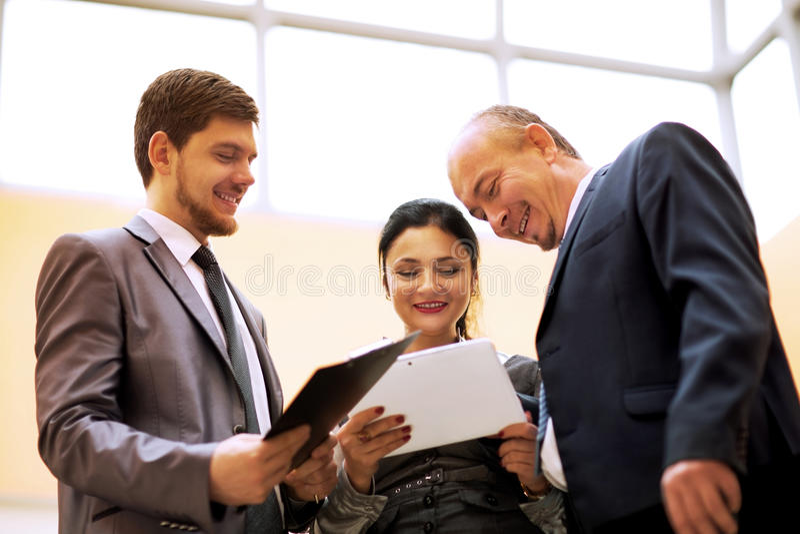 Biznes drużyna dyskutuje coś w biurze obraz royalty free