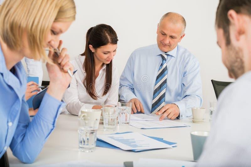 Biznes drużyna Dyskutuje dokument zdjęcia royalty free