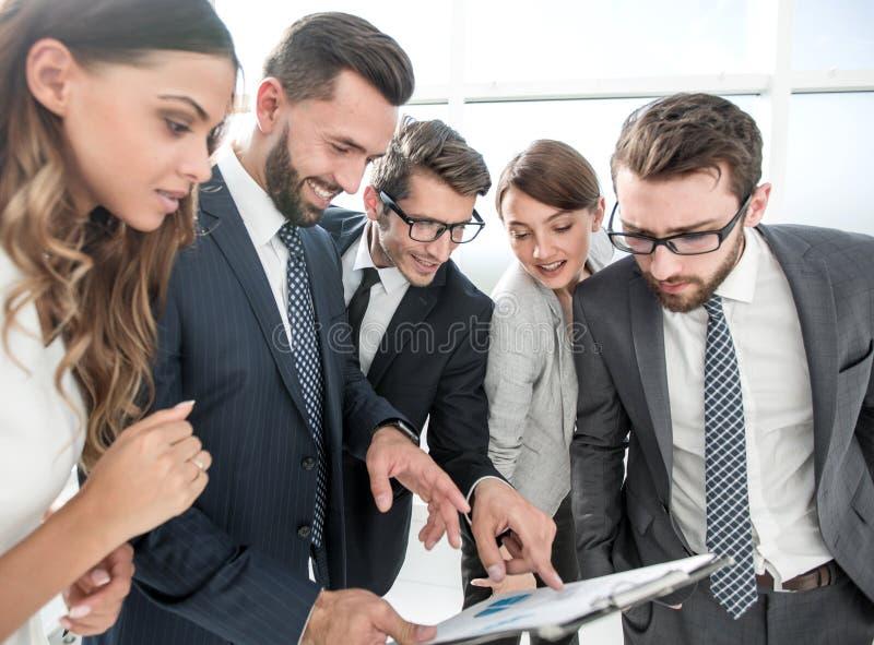 Biznes drużyna dyskutuje nowego plan biznesowego zdjęcia stock