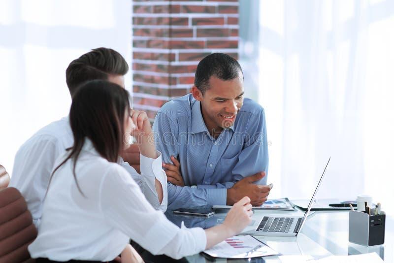 Biznes drużyna dyskutuje nowych pomysły siedzi przy jego biurkiem zdjęcia royalty free