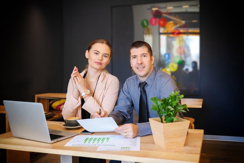 """Biznes drużyna dyskutuje pieniężną mapę nad kawowym †""""pomyślni partnery pracuje wpólnie na kontrakcie zdjęcia royalty free"""