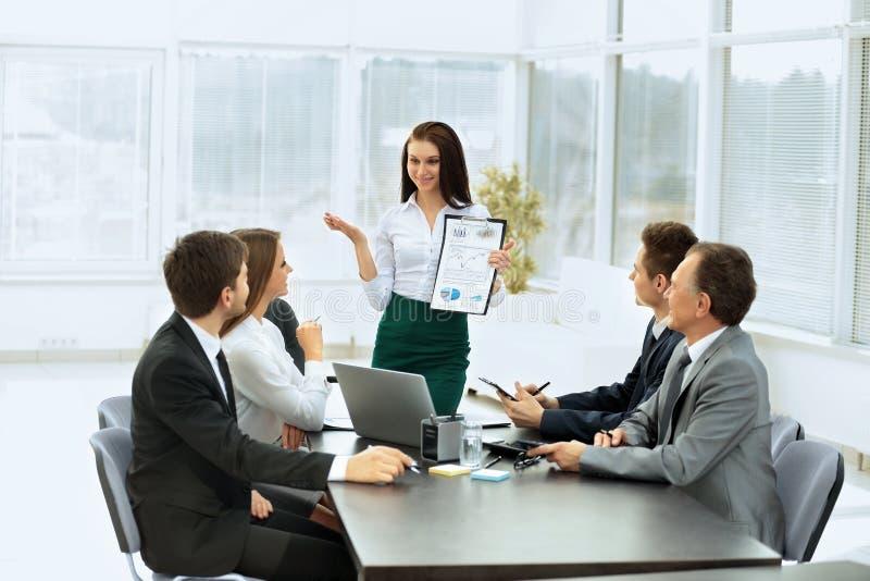 biznes drużyna dyskutuje plan praca przy pracą fotografia stock