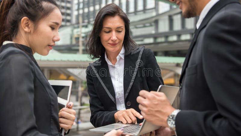 Biznes drużyna dyskutuje projekta plan w mieście obraz royalty free