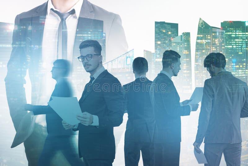Biznes drużyna i ich lider, drapacz chmur zdjęcie stock