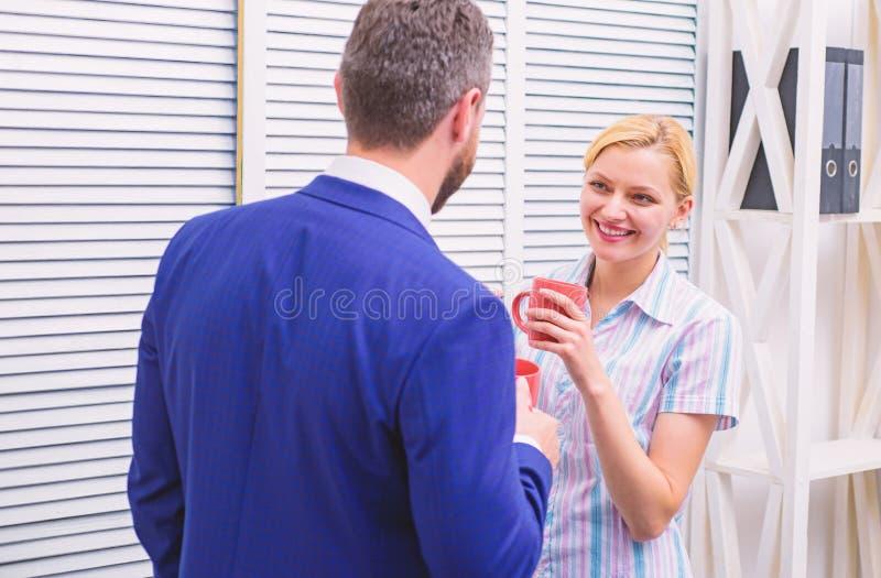 Biznes drużyna ma kawową przerwę, dyskusja opowiada przy biurowym pojęciem Kawowej przerwy gadka przedsiębiorcy dwa działa zdjęcia stock