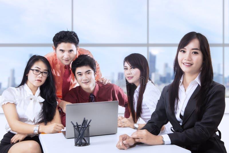Biznesu drużynowy spotkanie przy biurem obrazy royalty free