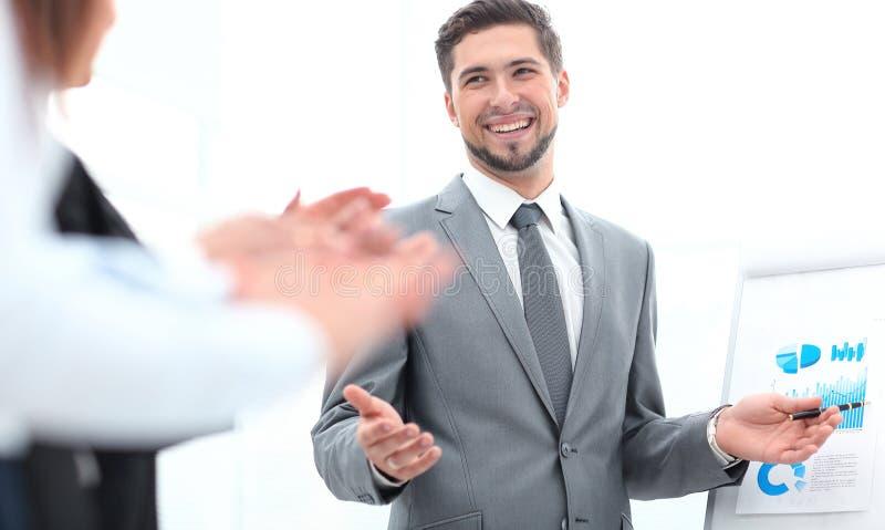 Biznes drużyna oklaskuje mówcy po biznesowej prezentaci zdjęcia stock