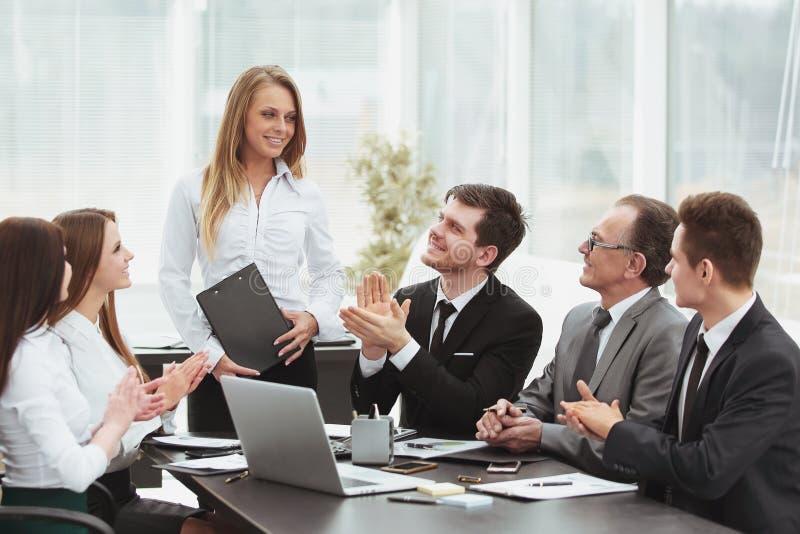 Biznes drużyna oklaskuje mówcy przy spotkaniem zdjęcie stock