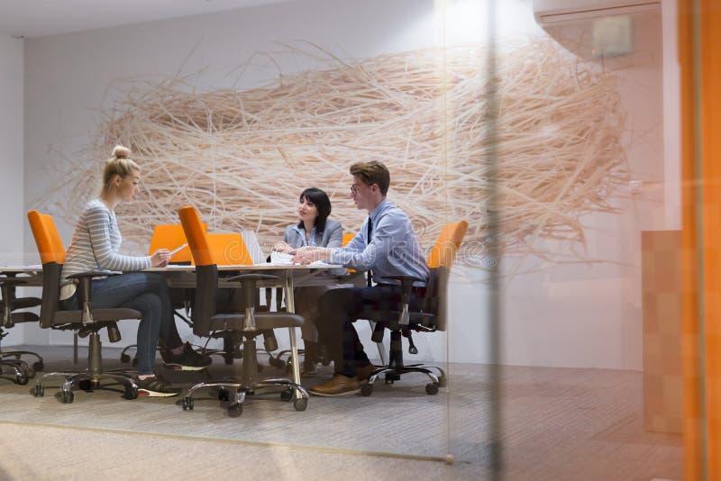 Biznes drużyna Przy spotkaniem przy nowożytnym budynkiem biurowym obrazy stock