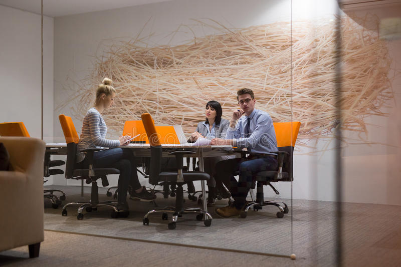 Biznes drużyna Przy spotkaniem przy nowożytnym budynkiem biurowym zdjęcia royalty free