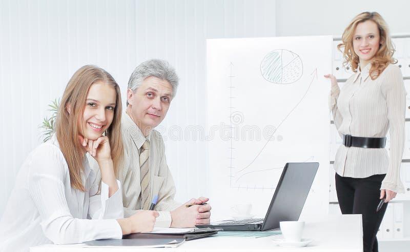 Biznes drużyna przygotowywa prezentację nowy pieniężny projekt zdjęcie stock