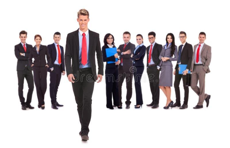 Biznes drużyna z biznesowego mężczyzna odprowadzeniem naprzód obrazy royalty free