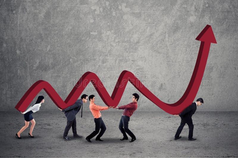Biznes drużyna z pieniężnymi statystykami zdjęcie royalty free