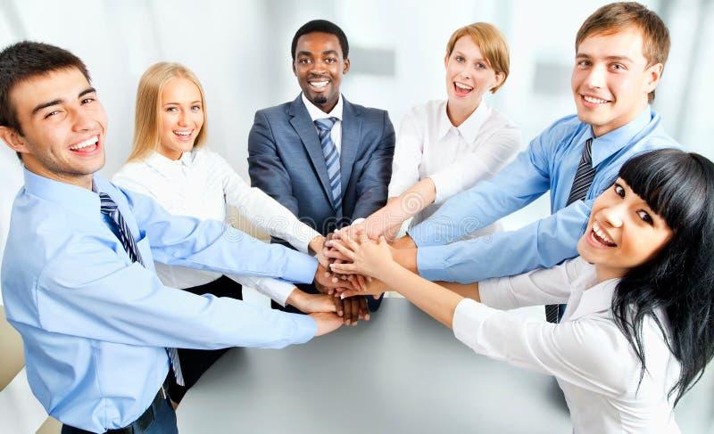 Biznes drużynowa pokazuje jedność z ich rękami fotografia stock