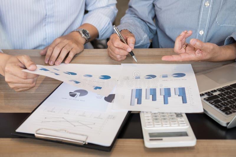 Biznes drużyny dwa kolegów wykonawczy dyskutować w i analiza obrazy royalty free