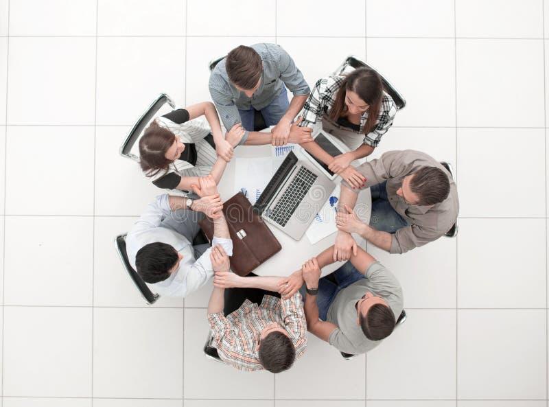 Biznes drużyny ludzie łączą ręki tworzy okrąg fotografia royalty free