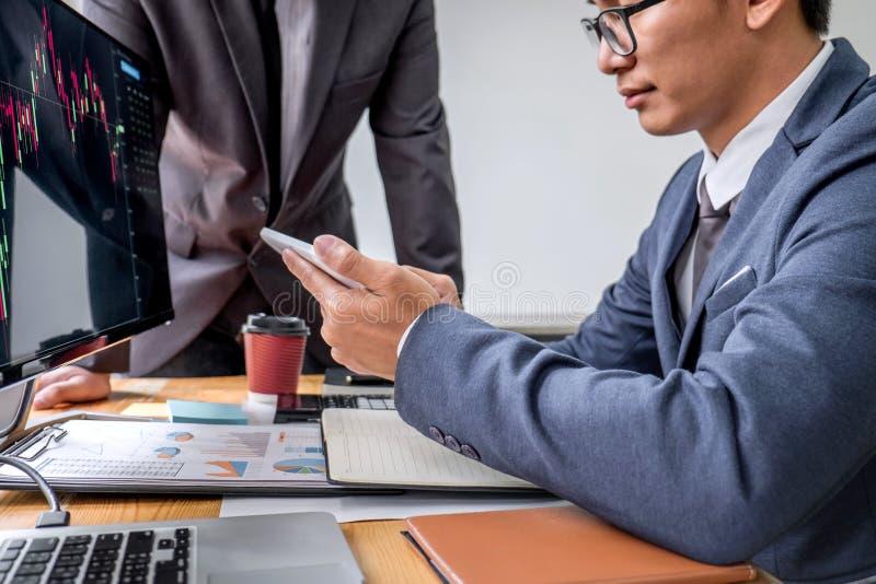 Biznes drużyny partner pracuje z komputerem i analizuje wykresu rynek papierów wartościowych handel z akcyjnymi mapa dane, laptop zdjęcia stock