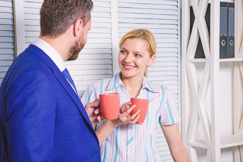 Biznes dru?yna ma kawow? przerw?, dyskusja opowiada przy biurowym poj?ciem Fermata biznes Spotkanie kawa fotografia royalty free