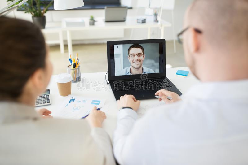 Biznes dru?yna ma wideokonferencj? przy biurem zdjęcie stock