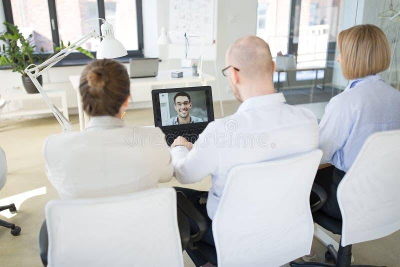 Biznes dru?yna ma wideokonferencj? przy biurem obrazy royalty free