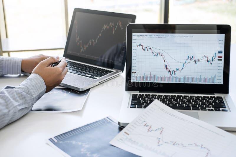 Biznes dru?yny dwa koledzy pracuje z komputeru, laptopu, dyskutowa? i analizy wykresu rynek papier?w warto?ciowych handlem z akcy obrazy stock
