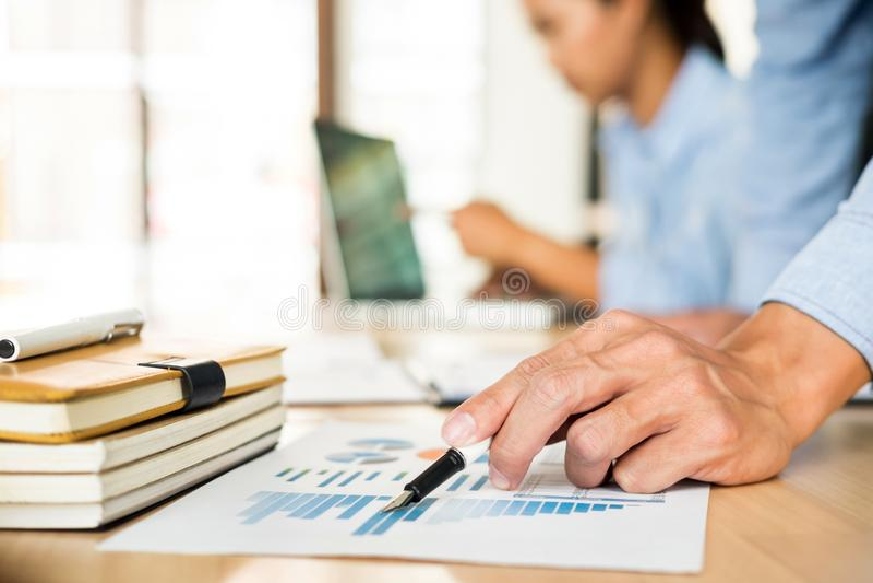 Biznes dru?yny r?ki przy pracowa? z planem na biurowym biurku i nowo?ytnym cyfrowego komputeru laptopie Administratora pieniężny  obrazy royalty free