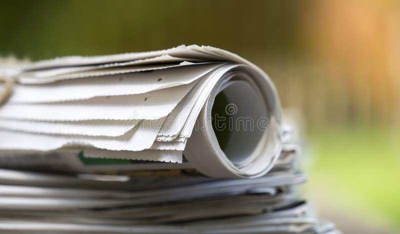 Biznes, dzienny wiadomości pojęcie - sterta gazety fotografia royalty free