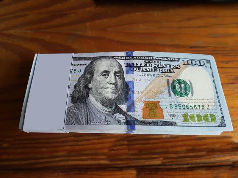 Biznes, finanse, oszczędzanie, bankowość i ludzie pojęcie dolara amerykańskiego odliczającego pieniądze, fotografia stock