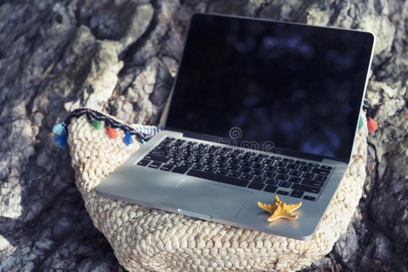 Biznes i technologia z naturą w urlopowym pojęciu Pusty l obraz stock