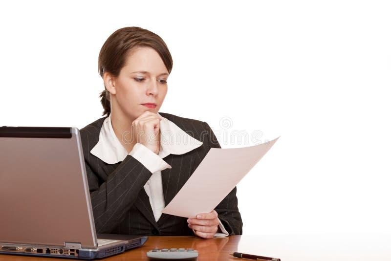 biznes kobieta kontraktacyjna biurowa czytelnicza obrazy stock