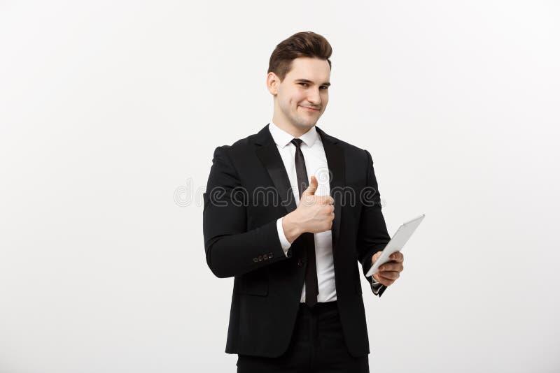 Biznes, komunikacja, nowożytna technologia i biura pojęcie, - uśmiechnięty buisnessman z pastylka komputerem pokazuje kciuki obraz stock