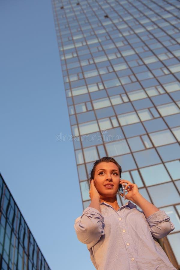Biznes, komunikacja, technologia i ludzie poj??, - m?ody u?miechni?ty amerykanin afryka?skiego pochodzenia bizneswomanu wzywa? fotografia royalty free