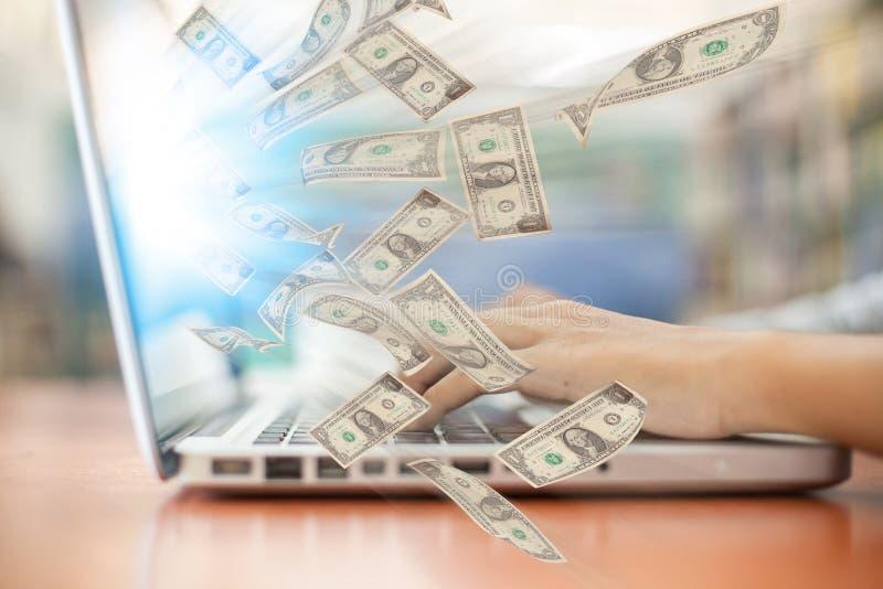 Biznes laptopu online biznes robi pieniądze dolarowym rachunkom zdjęcia stock