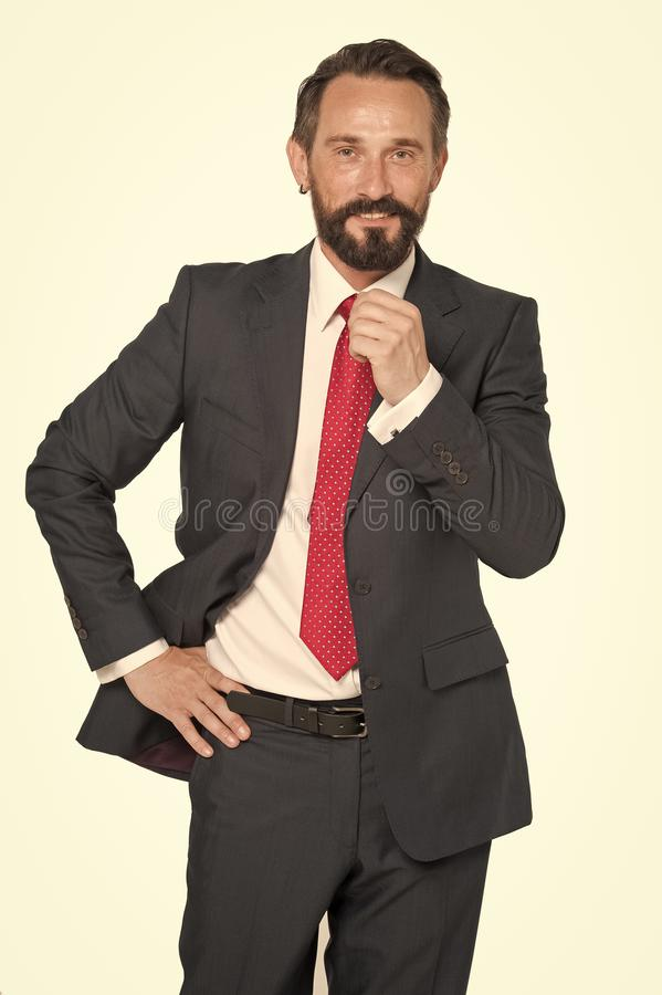 Biznes, ludzie i biurowy pojęcie, - szczęśliwy uśmiechnięty biznesmen w kostiumu Brodaty biznesmen w błękitnym kostiumu i czerwon fotografia royalty free