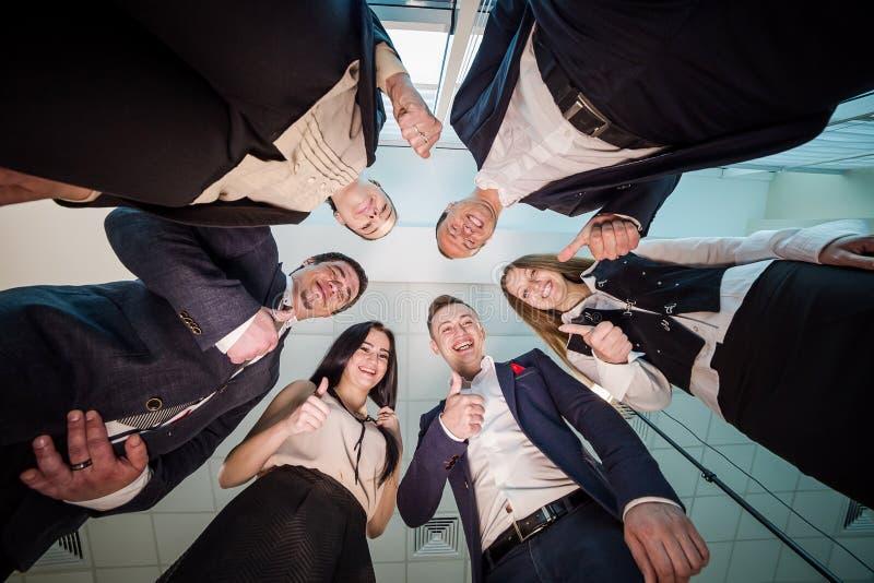 Biznes, ludzie i pracy zespołowej pojęcie, - uśmiechnięta grupa biznes fotografia stock