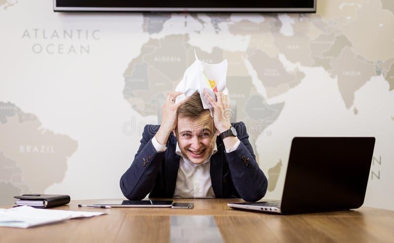 Biznes, ludzie, stres, emocje i fail pojęcie, - gniewny busi zdjęcie stock