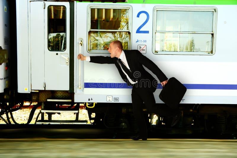 Biznes: Mężczyzna śpieszy się pociąg obraz royalty free