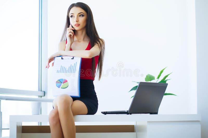 Biznes Młodzi Biznesowej kobiety obsiadania stoły i pracy Compu zdjęcie stock