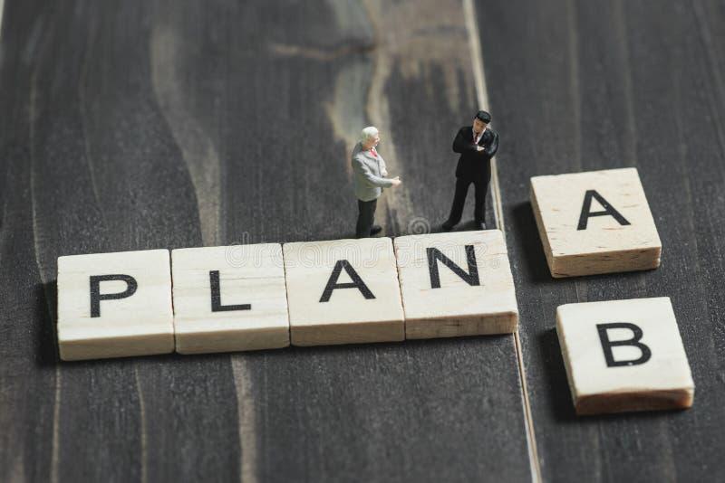 Biznes miniaturowy opowiadający wokoło wybiórkę plan A lub b fotografia royalty free